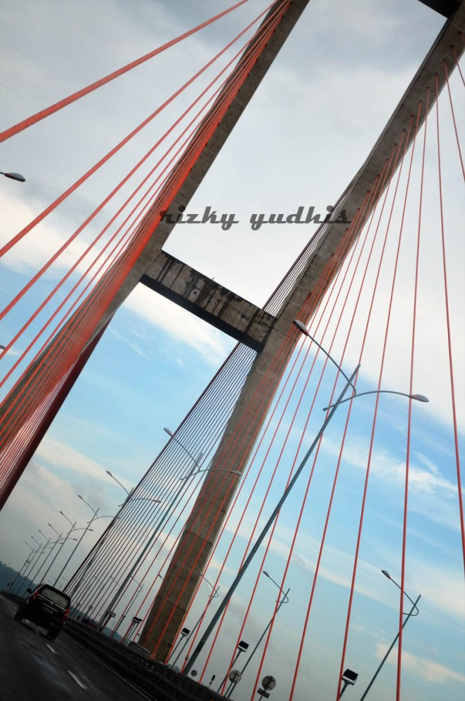 suramadu bridge by rizkyyudhistira.wordpress.com
